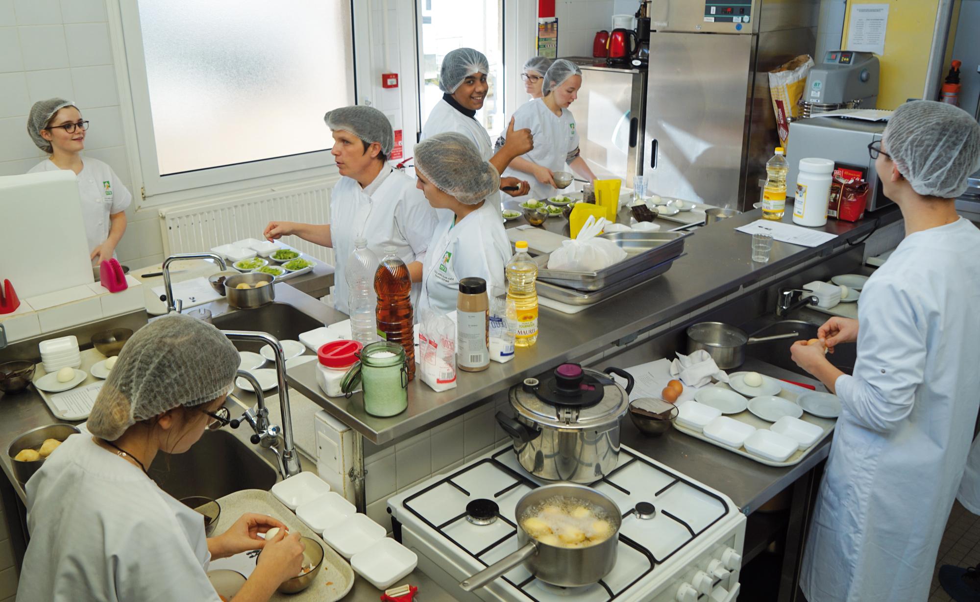 Cours de cuisine en formation professionnelle - MFR de la Sarthe